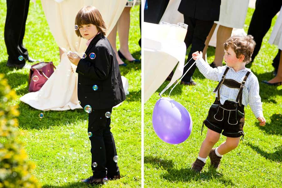spielende kinder auf der feier
