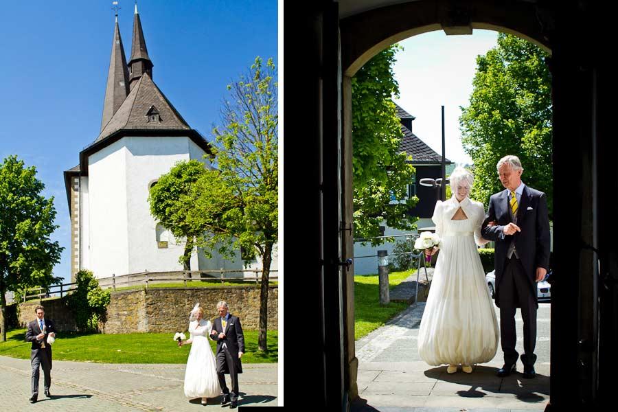 Brautvater und Braut vor der Kirche