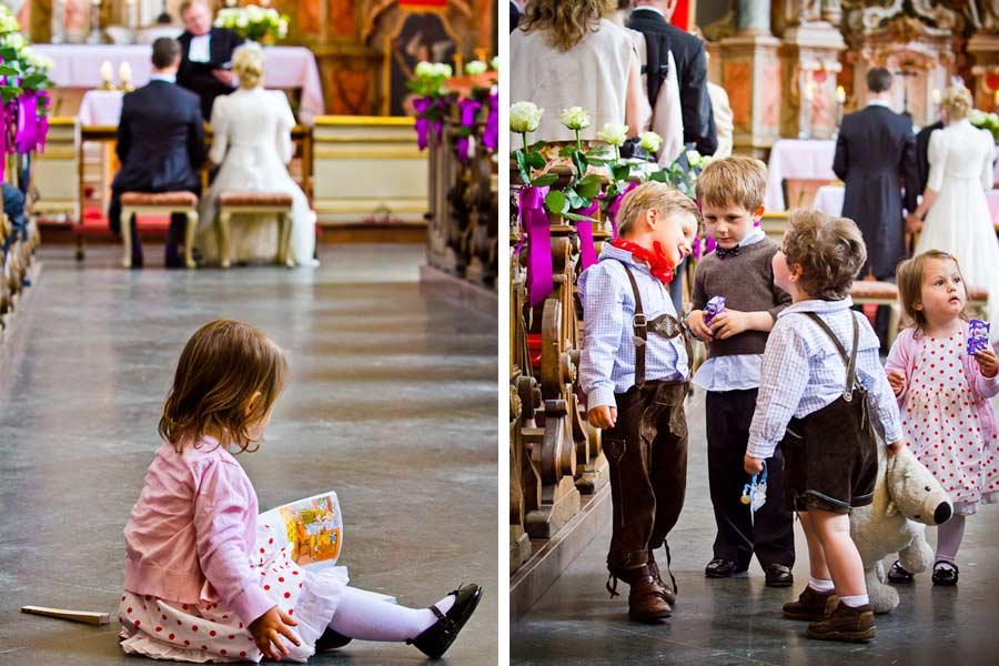 spielende kinder in der kirche