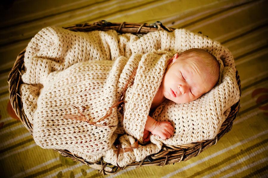 Baby in Decke, natürliche Babyfotografie