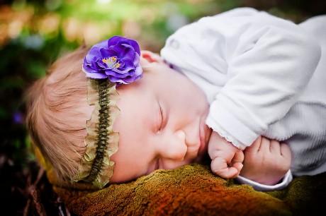 Baby im Nest