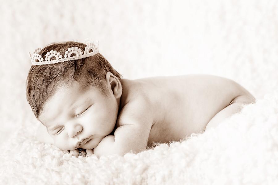 Baby mit Krone, Babyfotograf in Paderborn
