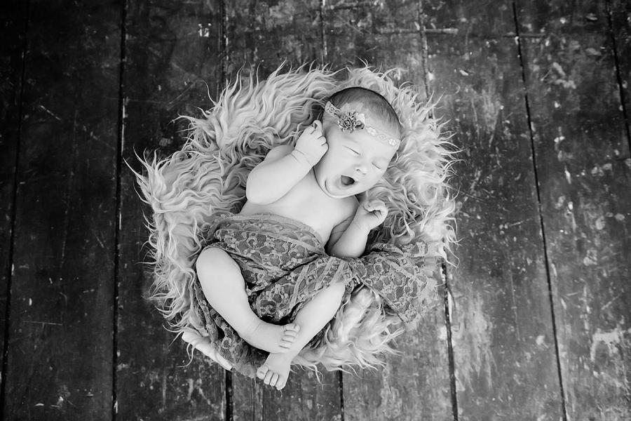 Baby gähnt,Babyfotograf
