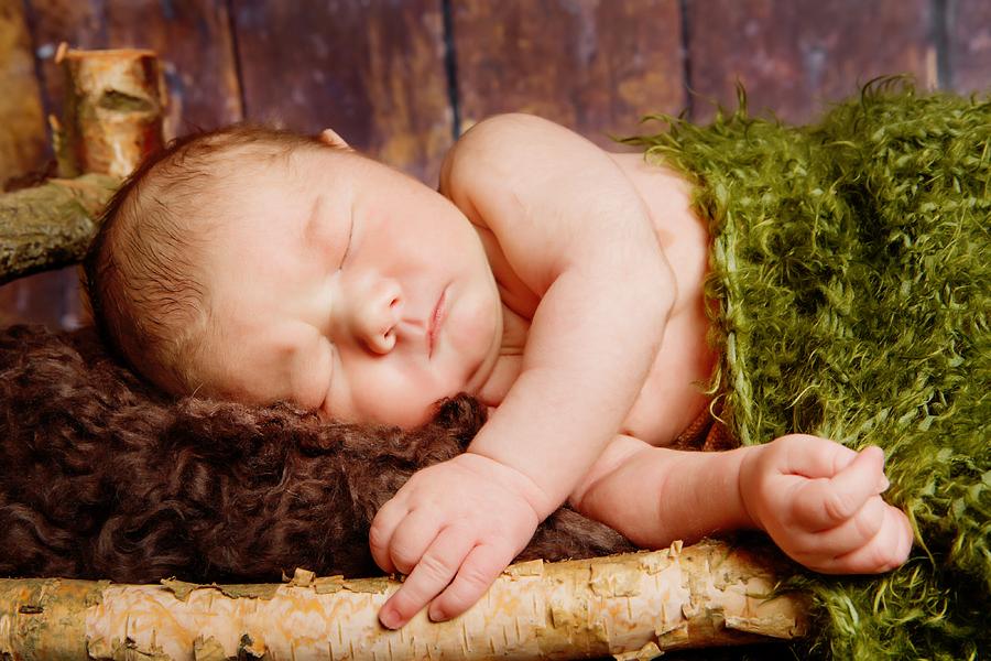 Baby im Waldbettchen