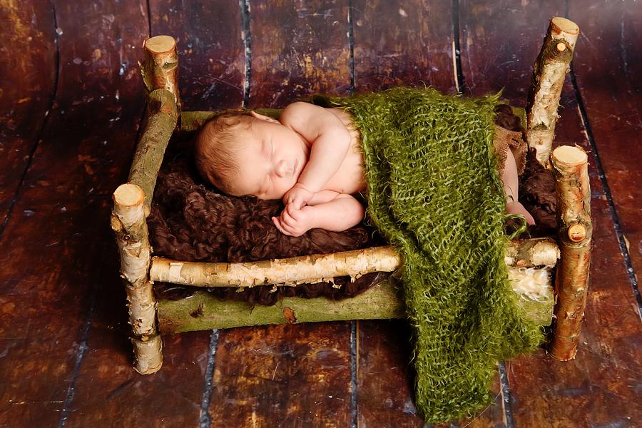 Baby im Birkenbett
