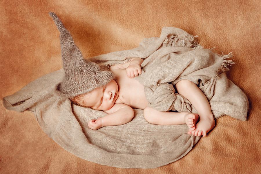 Baby mit Elfenhut
