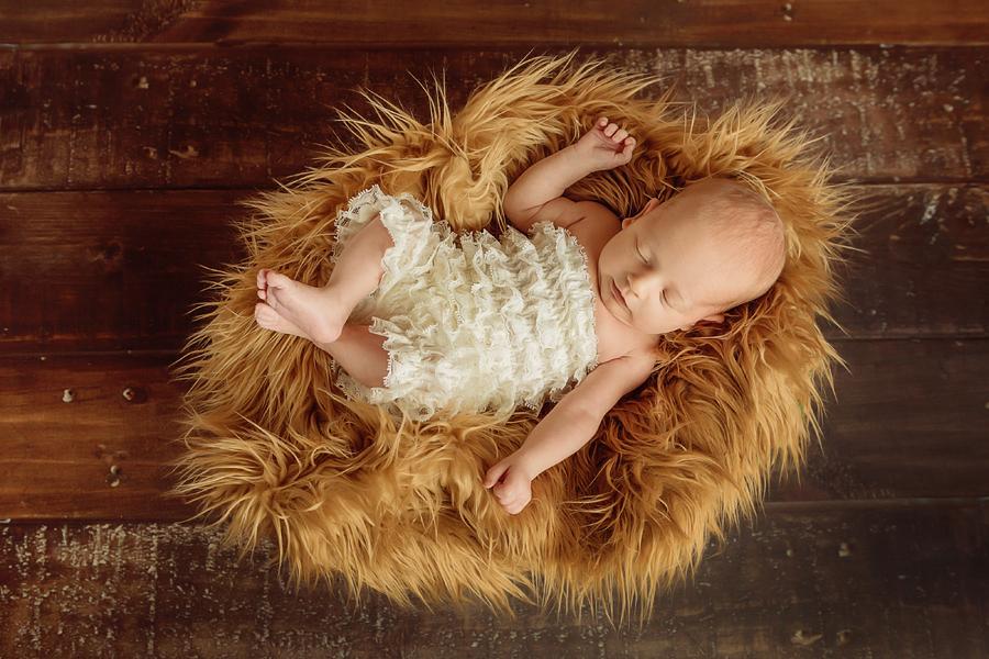 Baby im Nestchen