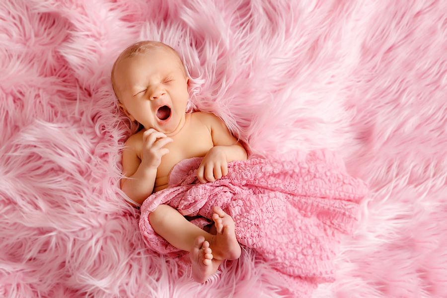 Baby gähnt