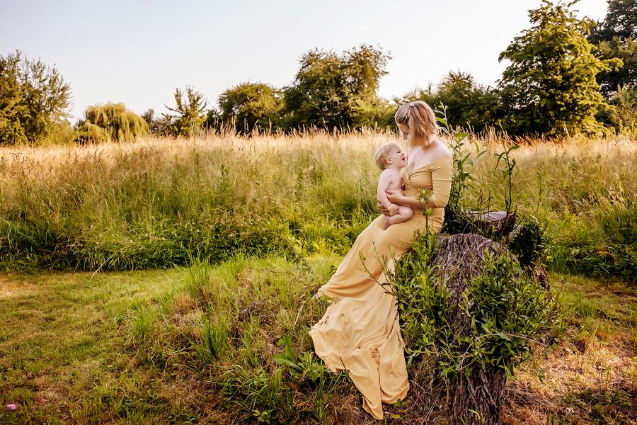 Fotograf Paderborn, Fotograf Bielefeld, Stillen, Stillshooting, Mutter und Kind, Babyfotoshooting, Teichfotos, Sonnenuntergang, Wynn Photodesign
