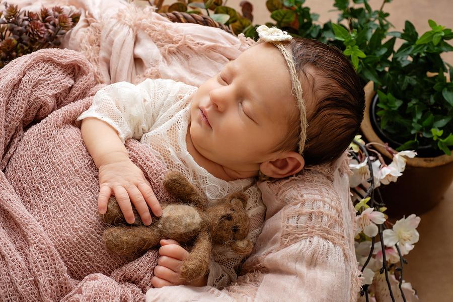 zarte Neugeborenenfotos, natürliche Babyfotografie, Fotograf Paderborn